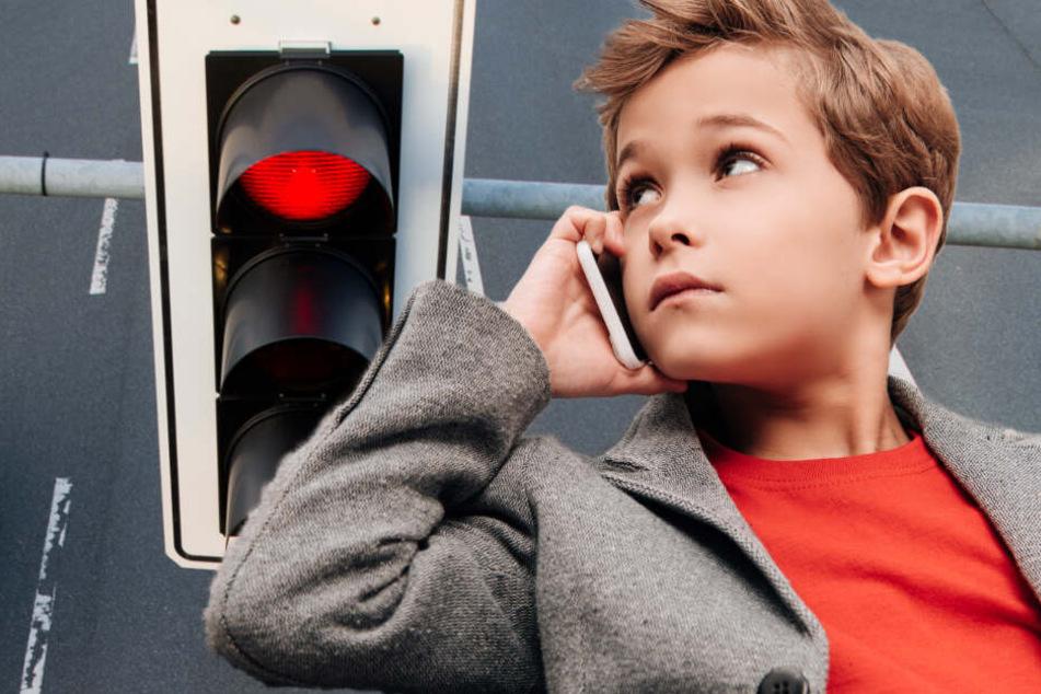 Papa fährt bei Rot über die Ampel: Sohn (5) verpfeift ihn bei der Polizei