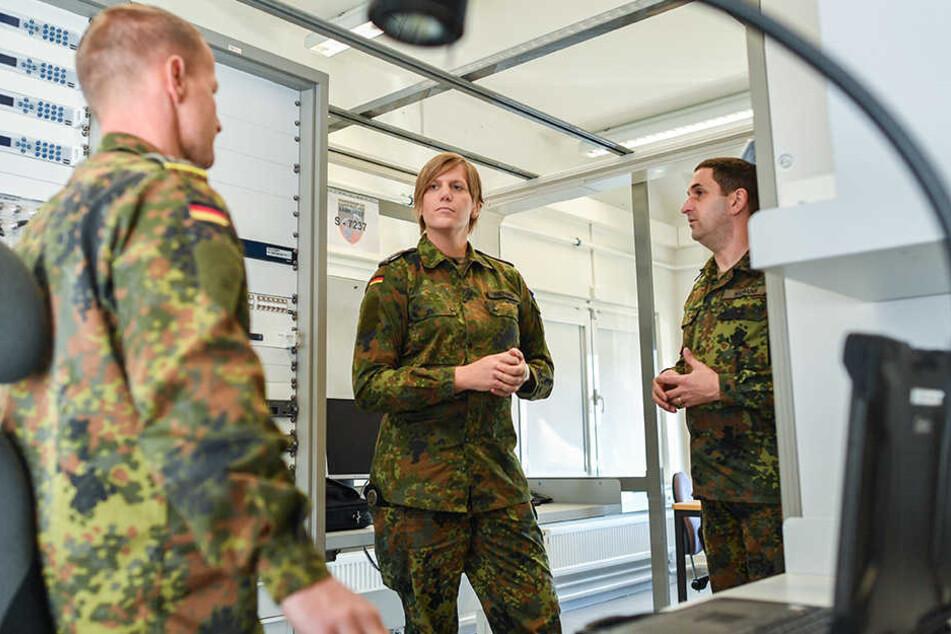 Oberstleutnant Anastasia Biefang (Mitte) diskutiert mit ihrem Vorgänger, dem Oberstleutnant Thorsten Niemann (rechts).