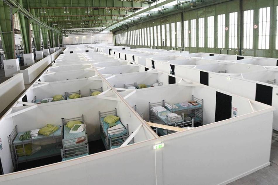Unter oft sehr beengten Bedingungen leben die Flüchtlinge auf dem Höhepunkt der Flüchtlingskrise in Notunterkünften, wie hier in Tempelhof.