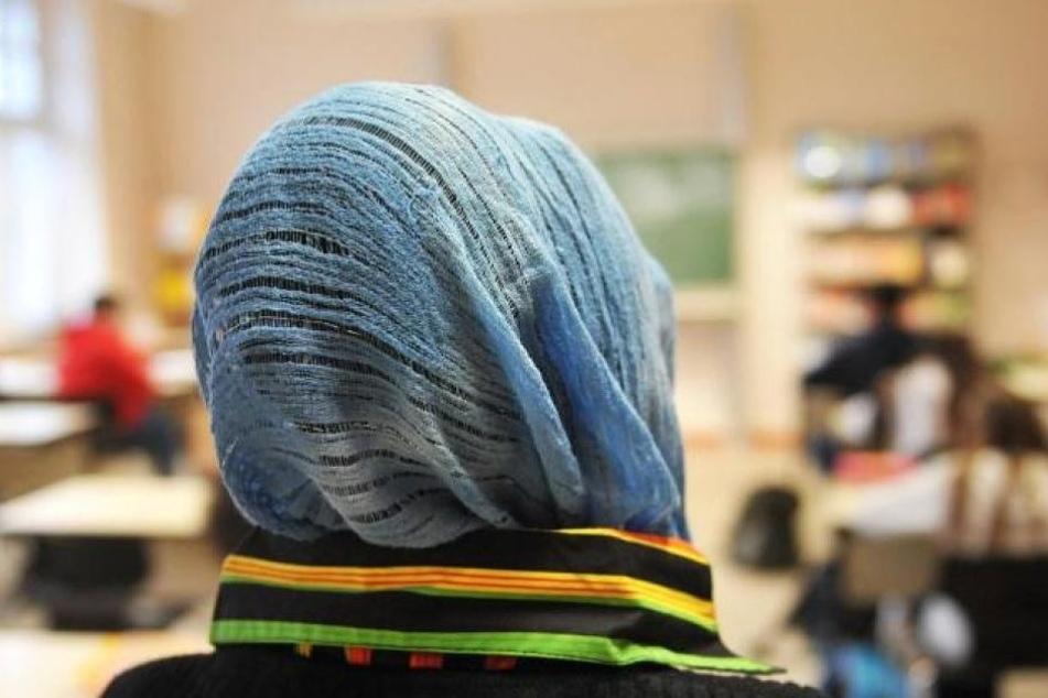 Als die Schülerin ihre Kopfbedeckung nicht freiwillig abnehmen wollte, eskalierte die Situation. (Symbolbild)