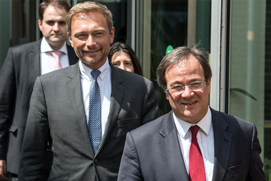 Armin Laschet (CDU, vr.) verhandelt derzeit mit Christian Lindner (FDP, mi.) über eine Koalition.