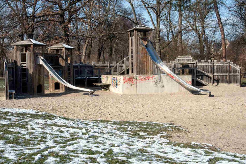 Die Tage des alten Spielplatzes im Schwanenteichpark sind gezählt. An seiner Stelle wird die Schwanenstadt errichtet.