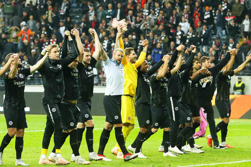 Vertreten die Bundesliga in der Europa League erstklassig: Die Spieler von Eintracht Frankfurt feiern den 4:1-Sieg gegen Lazio Rom mit ihren Fans.