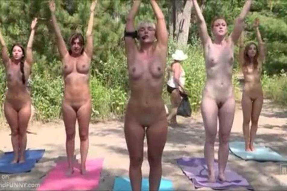 Die fünf Moderatorinnen nehmen ihre Sache sehr ernst, Strandbesucher (hinten) scheinen sich gar nicht weiter an dem Anblick zu stören.