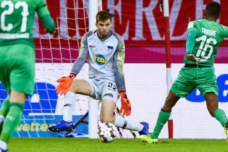 Rune Jarstein hält gegen Gladbachs Ibrahima Traoré.