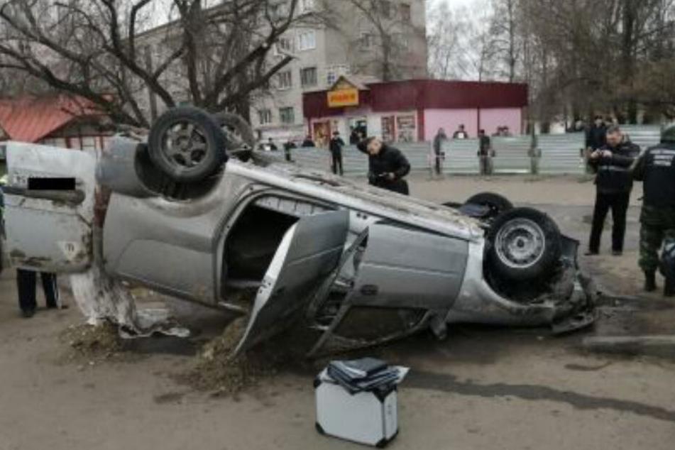 Der geborgene Wagen in dem zwei Menschen zu Tode kamen.
