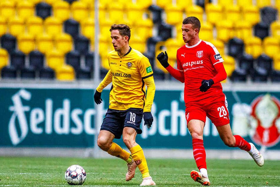 Dynamos Jannik Müller (l.) gehört seit dem Geheimtest gegen den Halleschen FC, hier gegen Kilian Pagliuca, wieder zum ersten Aufgebot der Schwarz-Gelben.