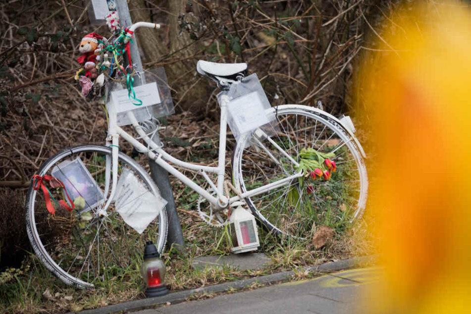 Ein weißes Fahrrad am Tatort in Gedenken an das Opfer (Archivbild).