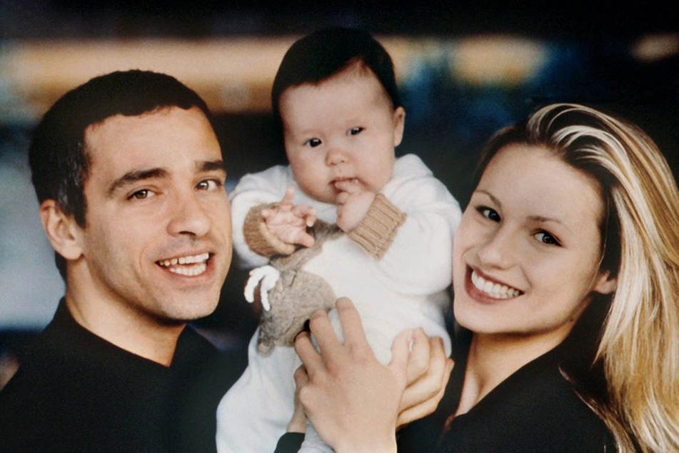 Der italienische Sänger Eros Ramazzotti und seine damalige Frau Michelle Hunziker halten ihr gemeinsames Baby Aurora in die Höhe (Archivfoto vom 02.06.1997).