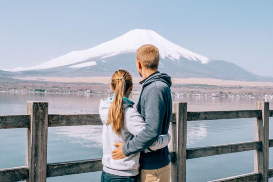 Ein Blick in die Ferne, hier in Japan auf einen schneebedeckten Berg.
