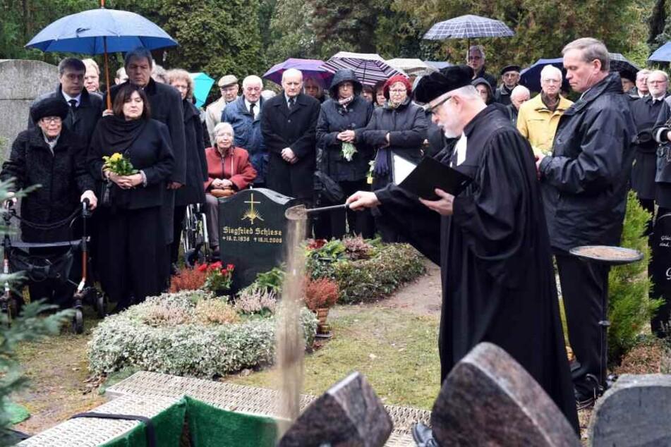 Die Beerdigung in Markkleeberg. Vorn rechts am Grab Pfarrer Arndt  Haubold.