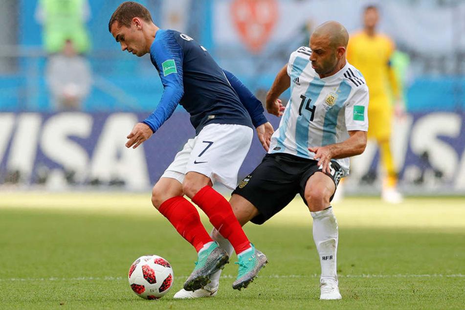 Antoine Griezmann aus Frankreich (l.) kämpft mit Javier Mascherano aus Argentinien um den Ball.