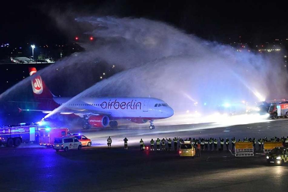 Der Flieger wurde nach der Landung von Wasserfontäne am Flughafen Tegel begrüßt und damit verabschiedet.