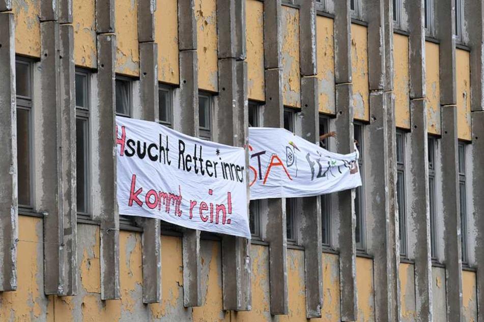 An der Fassade hängen Transparenten, auf denen der Erhalt der Fachhochschule in der Potsdamer Innerstadt gefordert wird.