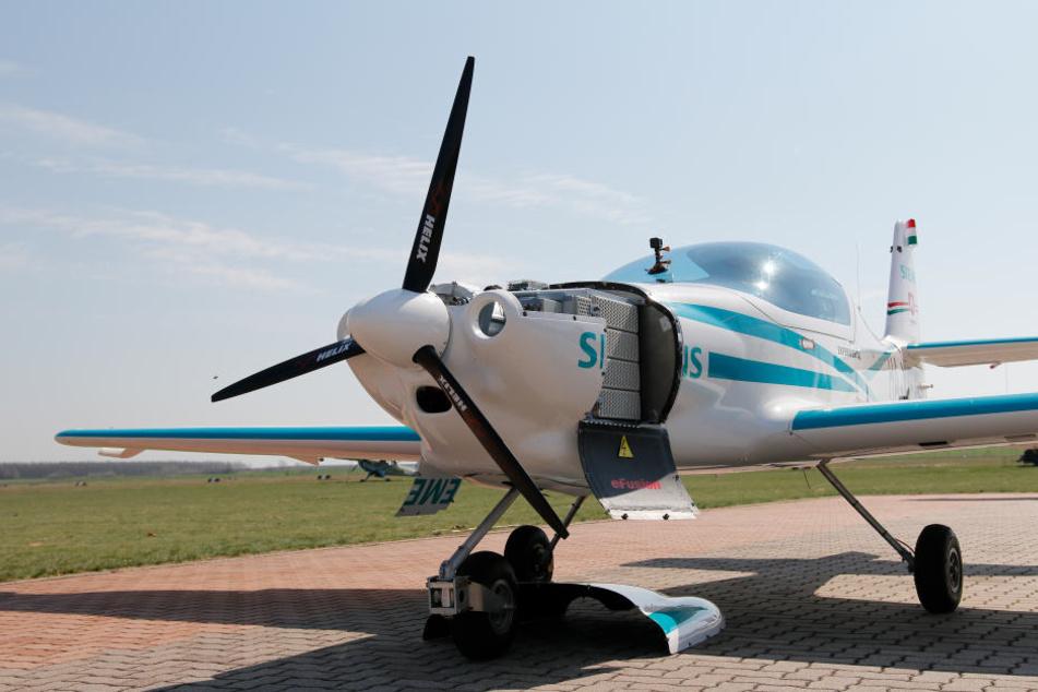 Ein Elektroflugzeug wie dieses ist über Ungarn aus noch ungeklärter Ursache abgestürzt. Die beiden Insassen kamen ums Leben.