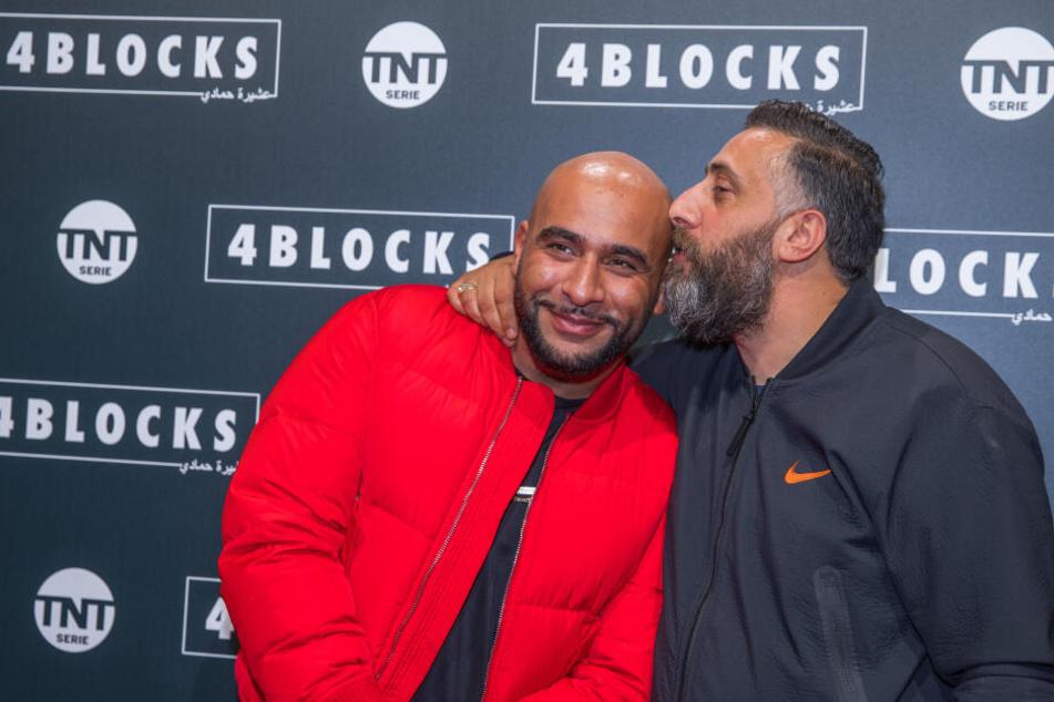 """Schauspieler Kida Khodr Ramadan (r.) küsst auf dem Roten Teppich für die Premiere der zweiten Staffel der TNT-Serie """"4 Blocks"""" den Rapper und Schauspieler Veysel Gelin (l.)."""