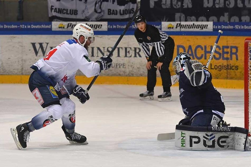 Kevin Lavallee (Heilbronn) trifft gegen Dresdens Goalie Marco Eisenhut per Penalty zum 4:1.