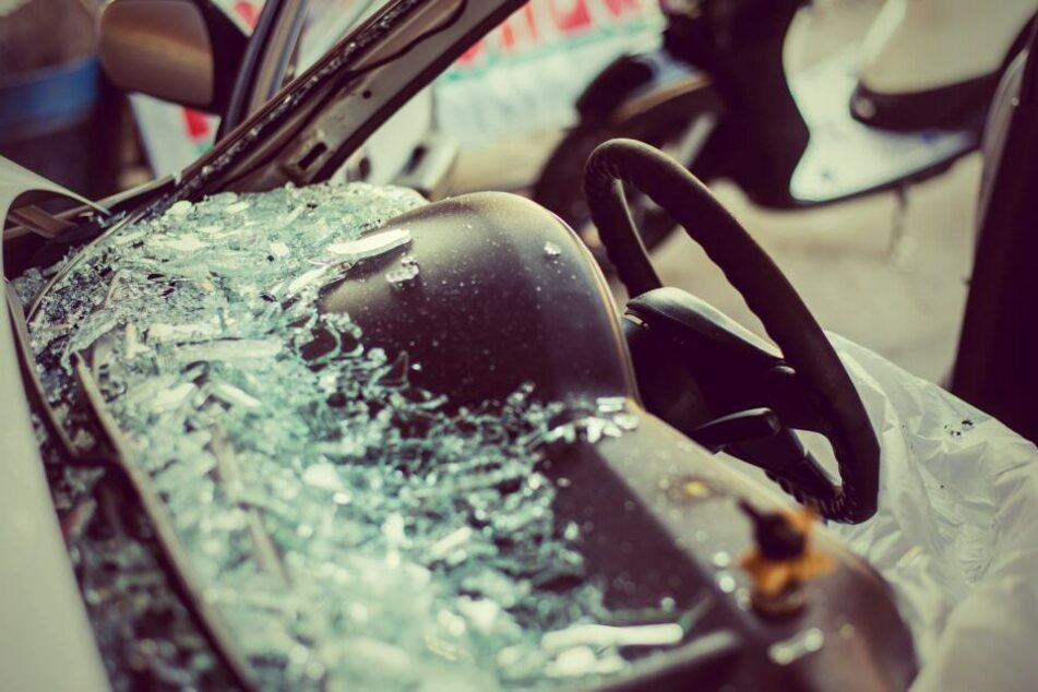 Mann schlägt Autoscheibe ein: Glassplitter treffen Insassen im Gesicht!