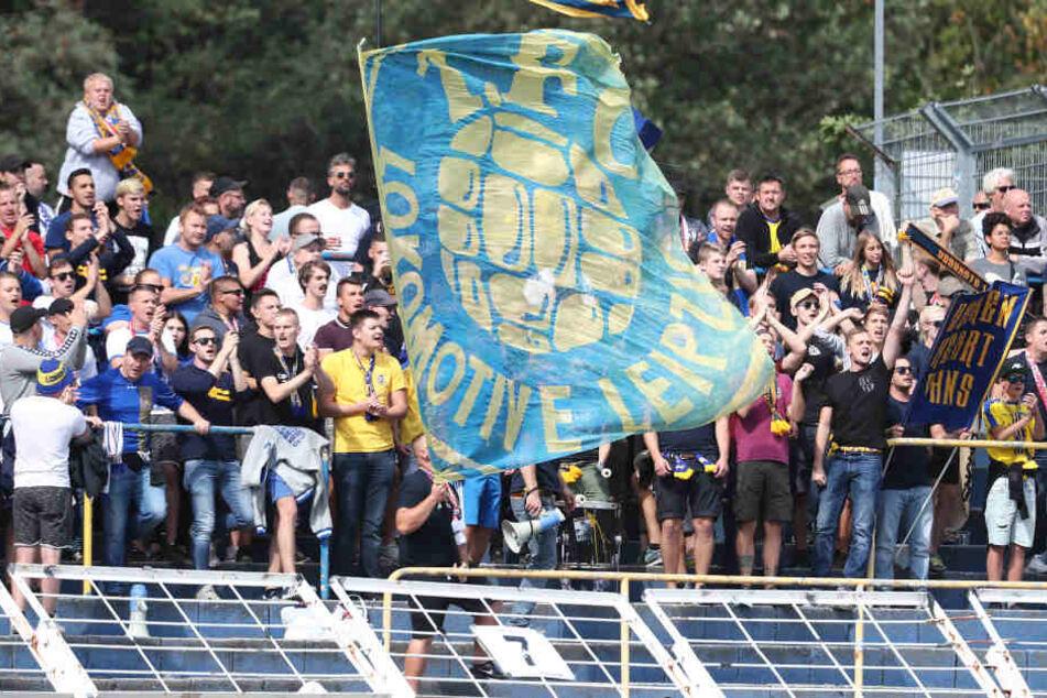 Die Fans im Bruno-Plache-Stadion dürfen am Mittwochabend beim Regionalliga-Kracher Lok Leipzig gegen Rot-Weiß Erfurt Charthits aus dem Jahr 2000 mitsingen.