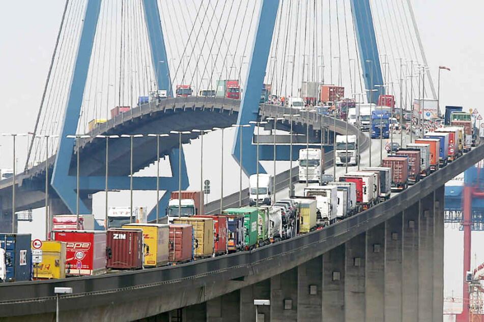 Statt Lastwagenkolonnen werden am Mittwoch Tausende Läufer auf der Köhlbrandbrücke unterwegs sein (Archivbild).