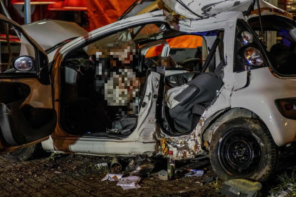 Die Insassen des Kleinwagens (25-Jähriger und seine 22-jährige Freundin) waren sofort tot.