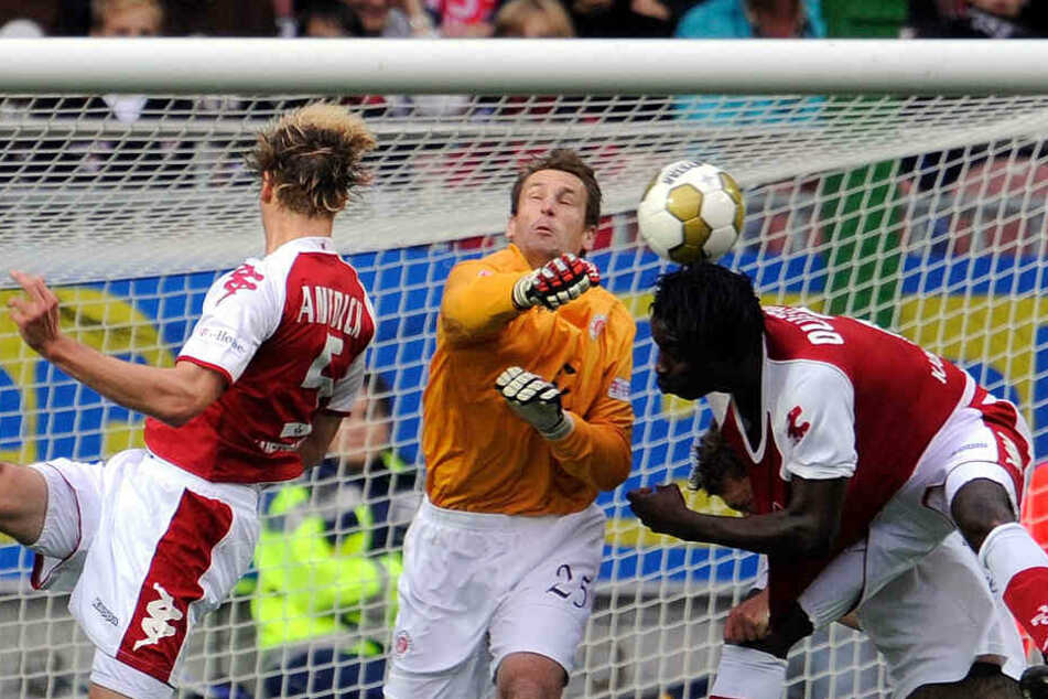 Mathias Hain (Mitte) hütete mehrere Jahre lang das Tor des FC St. Pauli und schmiss sich in jeden Zweikampf. Mittlerweile ist er als Torwart-Trainer für den Kiezclub tätig.