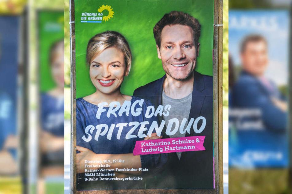Katharina Schulze (Bündnis 90/Die Grünen) hat ebenfalls die Arme verschränkt. Für den Körpersprache-Coach wirkt sie dennoch unentschlossen.