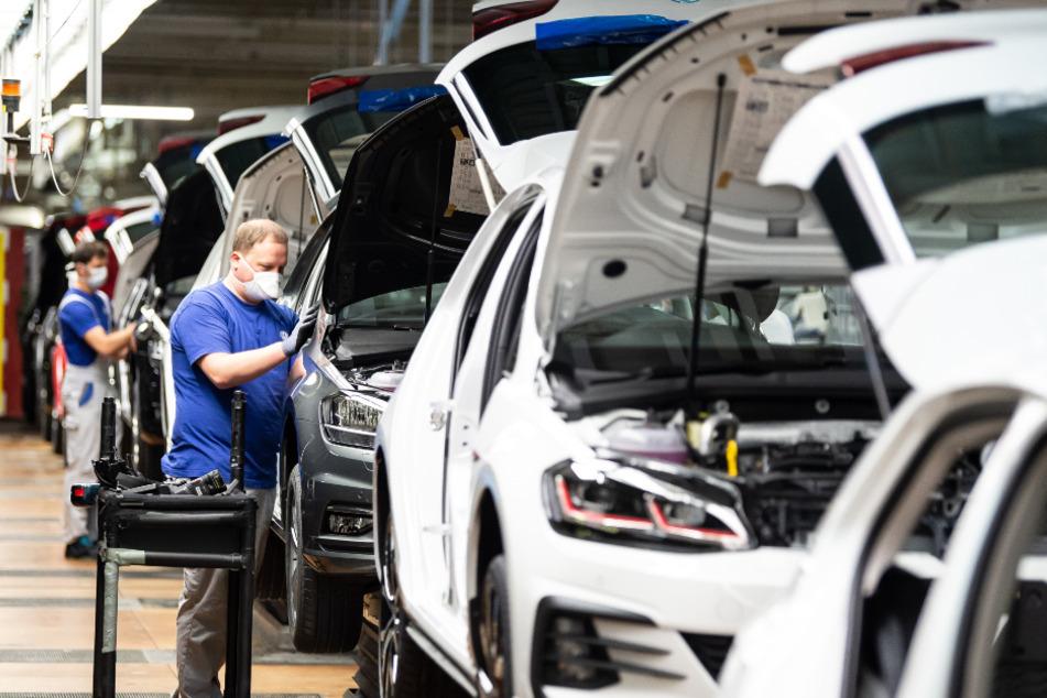 Auch nicht mit Maske: Volkswagen lässt die Produktion in seinem US-Werk in Tennessee vorerst doch weiter ruhen (Symbolbild).