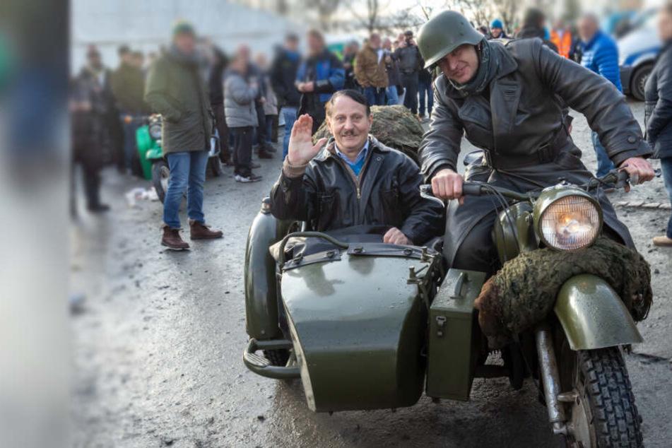 Beim 49. Bikertreffen in Augustusburg fuhr ein Hitler-Double auf einem Oldtimer-Motorrad vor.
