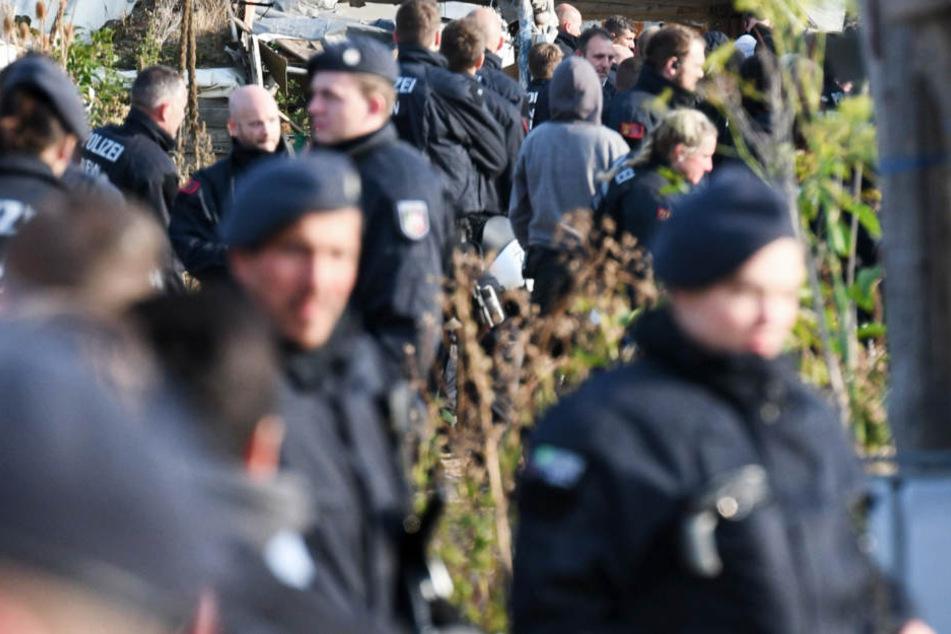 Zwillen, Pyro und Krähenfüße bei Razzia im Hambacher Forst gefunden