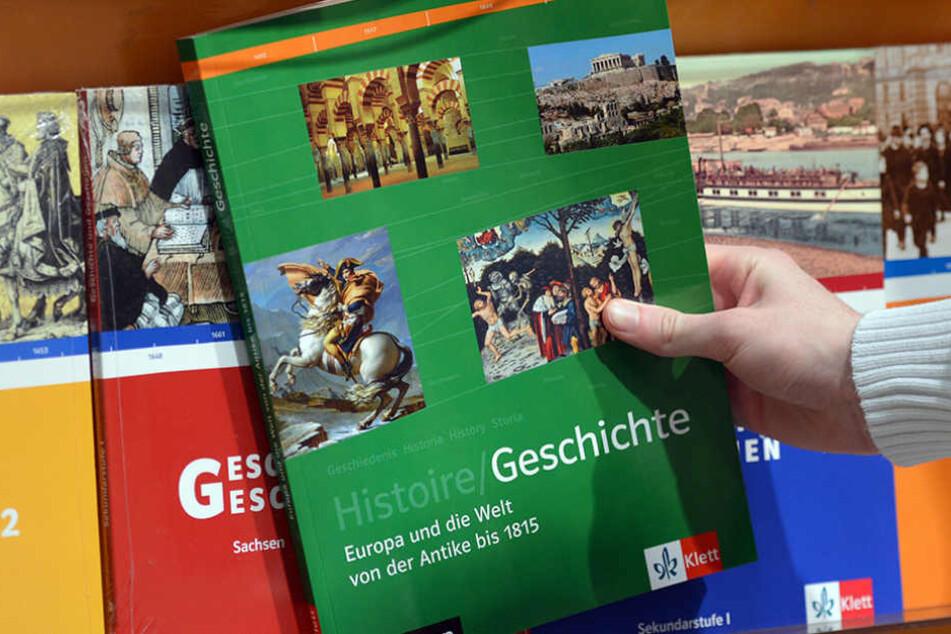 In Dresden wurden Schulbücher im Wert von 3,2 Millionen Euro zu spät  bestellt.