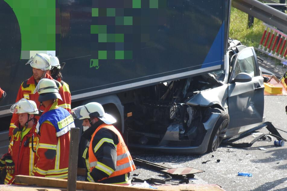 Der BMW der Frau war bei dem Unfall in Bayern unter einen stehenden Lastwagen geschoben worden.