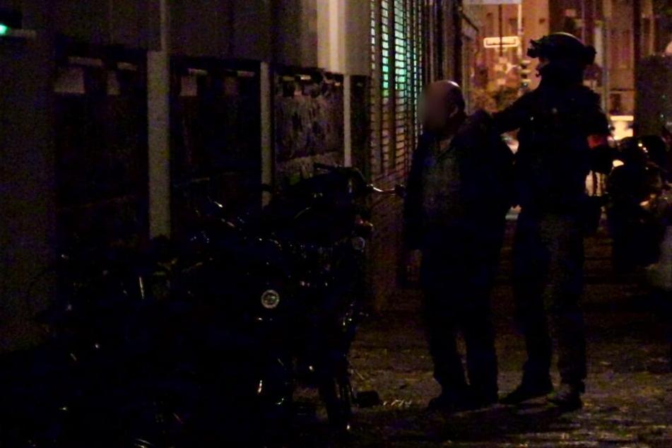 Bei den Razzien wurden auch sechs Personen festgenommen.