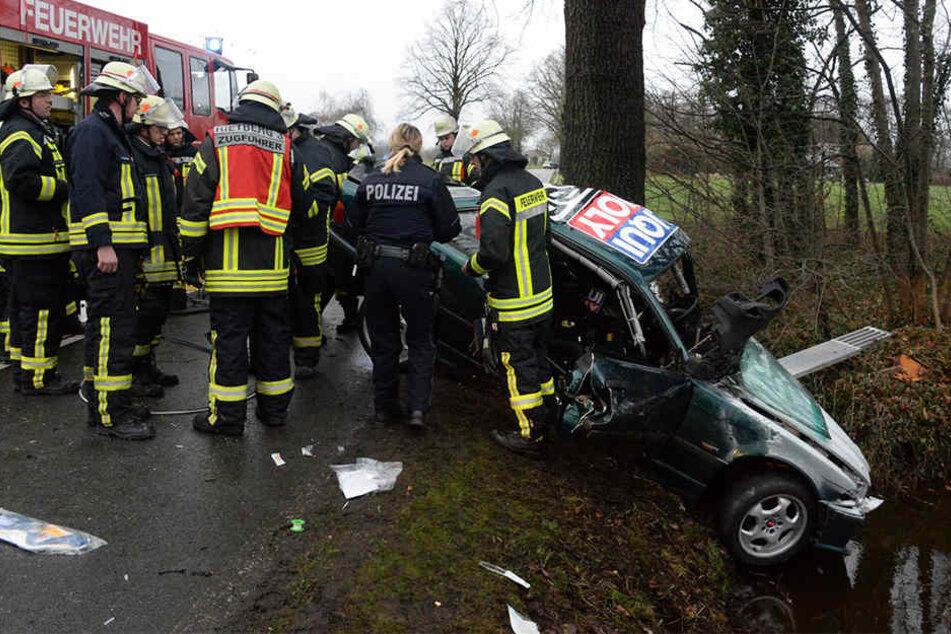 Der BMW kam in der scharfen Rechtskurve von der Straße ab und krachte gegen einen Baum.