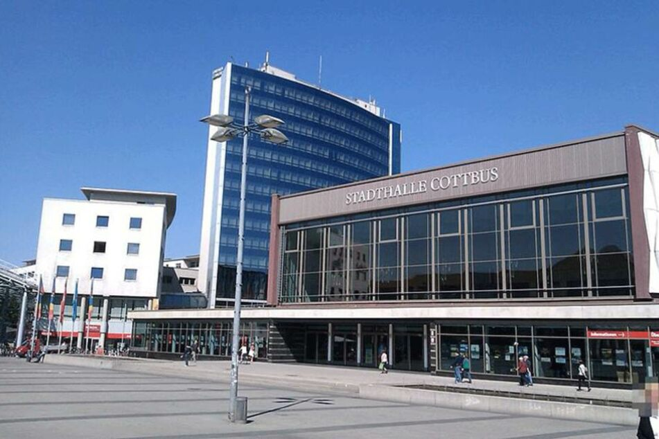 Vor der Stadthalle in Cottbus ereignete sich das Unfalldrama.