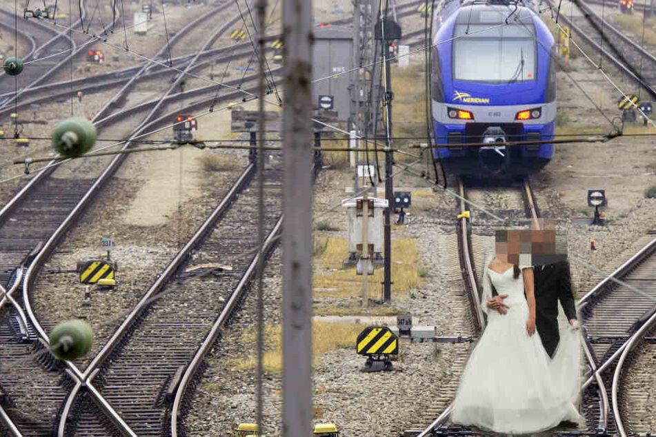 Als das Brautpaar ein Hochzeitsfoto schießen will, rast eine S-Bahn heran