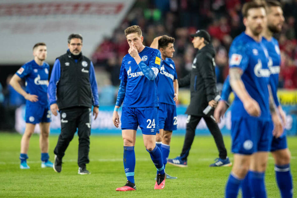 Ein Bild mit Symbolcharakter: Die Schalker nach der 0:3-Pleite gegen Köln.