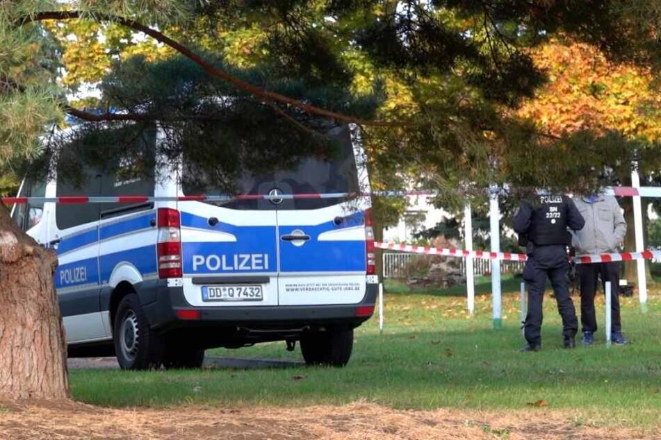 Polizisten sperren das Wohnhaus des Täters in Benndorf ab.