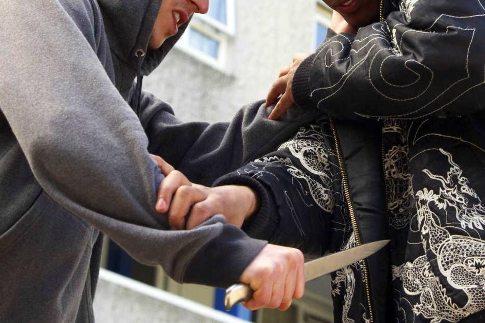 Mit einem Messer soll der 18-Jährige mit der Absicht, sein Opfer zu töten, auf den anderen losgegangen sein. (Symbolbild)