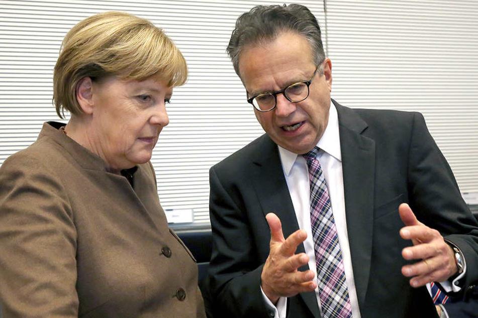 Bundeskanzlerin Angela Merkel (CDU) und der frühere Leiter des Bundesamtes für Migration und Flüchtlinge, Frank-Jürgen Weise.
