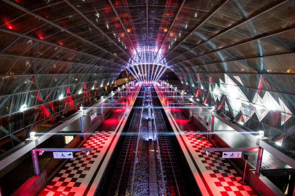 Neue Haltestelle für Hamburg! Skywalk mit Lichtshow eröffnet