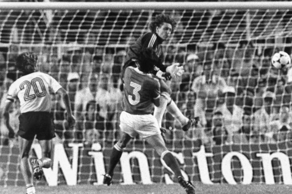 Toni Schumacher springt während des WM-Halfinalspiels 1982 gegen Frankreich aus vollem Lauf den französischen Spieler Patrick Battiston an.