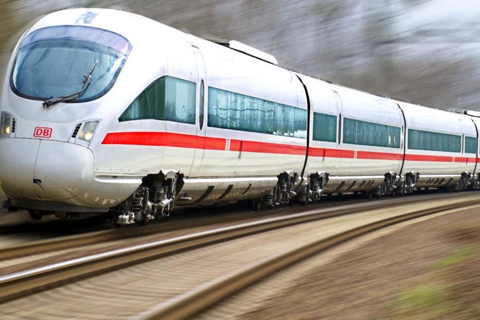 Im ICE von München nach Dortmund ging der Mann plötzlich mit dem Messer auf einen anderen Mann los.