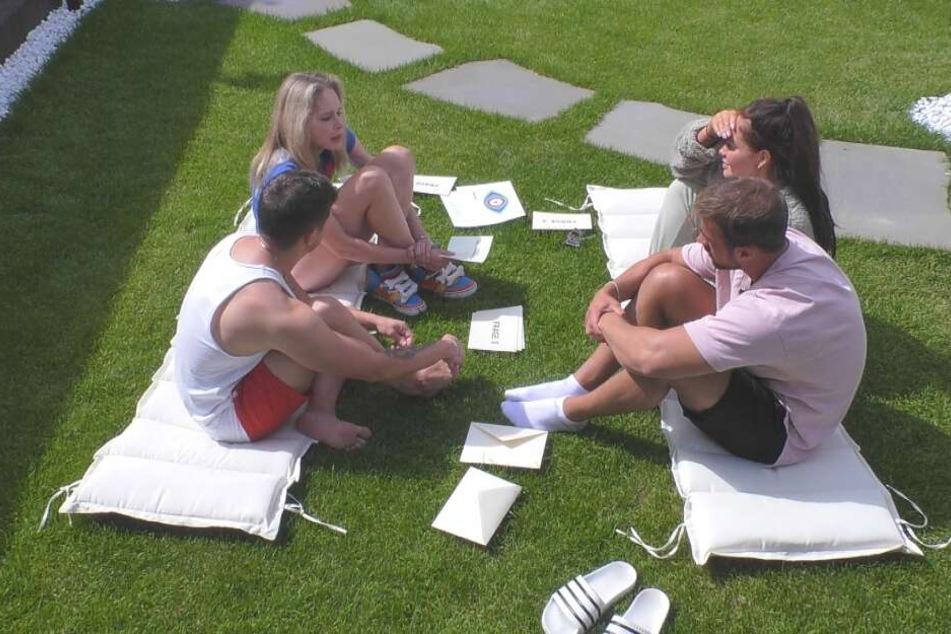Ehrliche Antworten beim Frage-Antwort-Spiel gab es im Luxuscamp mit Joey Heindle, Theresia Behrend-Fischer, Janine Pink und Tobias Wegener.
