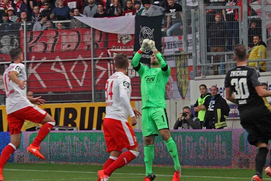 Szene vom Hinspiel im Oktober: FSV-Keeper Johannes Brinkies (r.) klärte per Faustabwehr. Zwickau unterlag in Halle knapp mit 2:3.