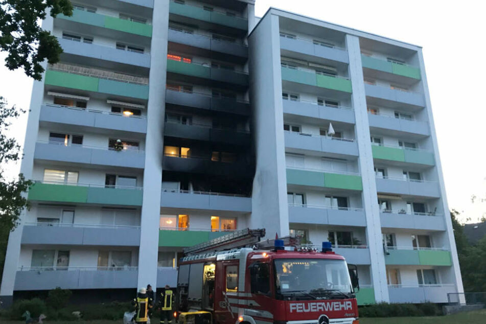 Die Fassade des achtgeschossigen Hauses in Bremen ist nach dem Brand schwarzgefärbt vom Ruß.