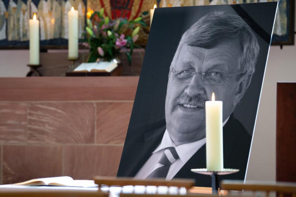 Ein Portrait von Walter Lübcke (CDU) steht bei einem Friedensgottesdienst in der Martinskirche in Kassel.