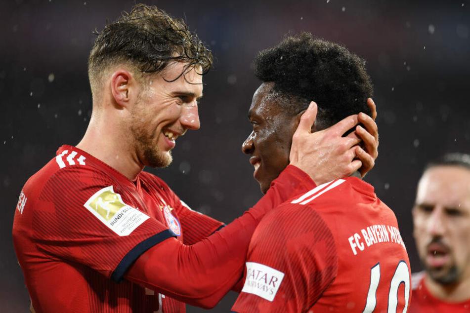 Der Torschütze Alphonso Davies (r.) vom FC Bayern München jubelt mit Leon Goretzka über seinen Treffer zum 6:0.