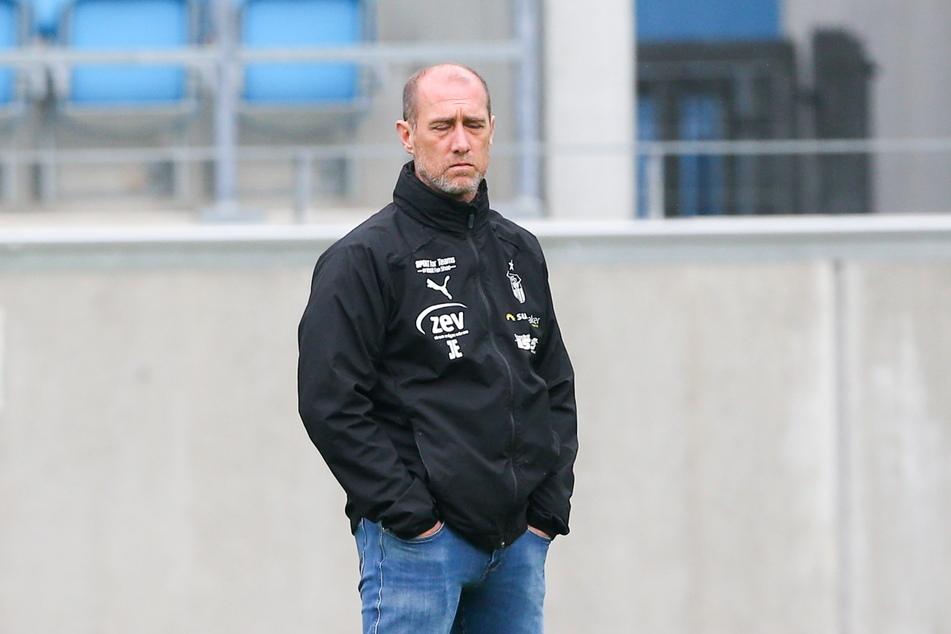 Augen zu und durch? Für FSV-Coach Joe Enochs (49) wäre ein erfolgreicher Auftritt in Lübeck immens wichtig.