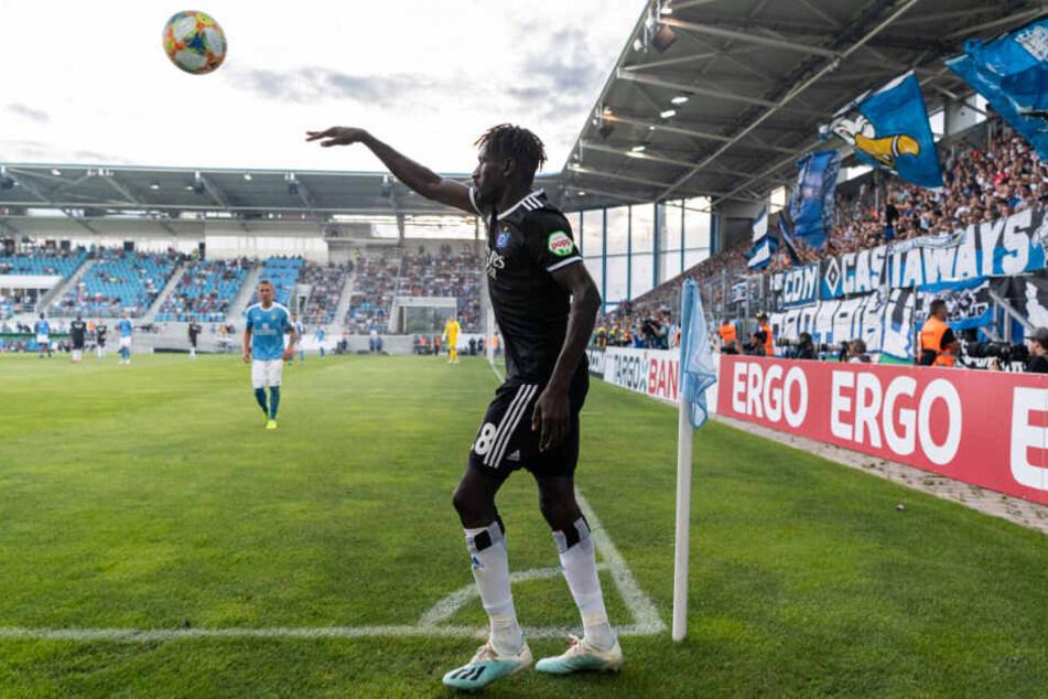 Bakéry Jatta wirft einen Ball ein. (Archivbild)